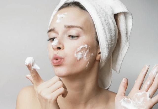 Làm sạch kỹ da mặt giúp hạn chế bít tắc lỗ chân lông