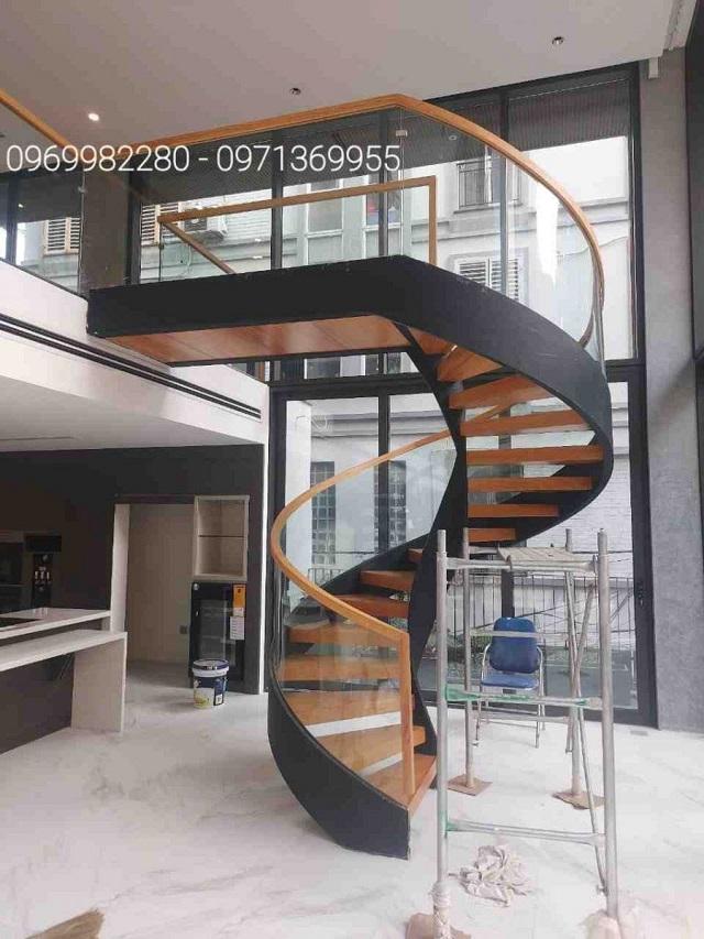 Sắt mạ kẽm là vật liệu thường được dùng để làm cầu thang xoắn ốc
